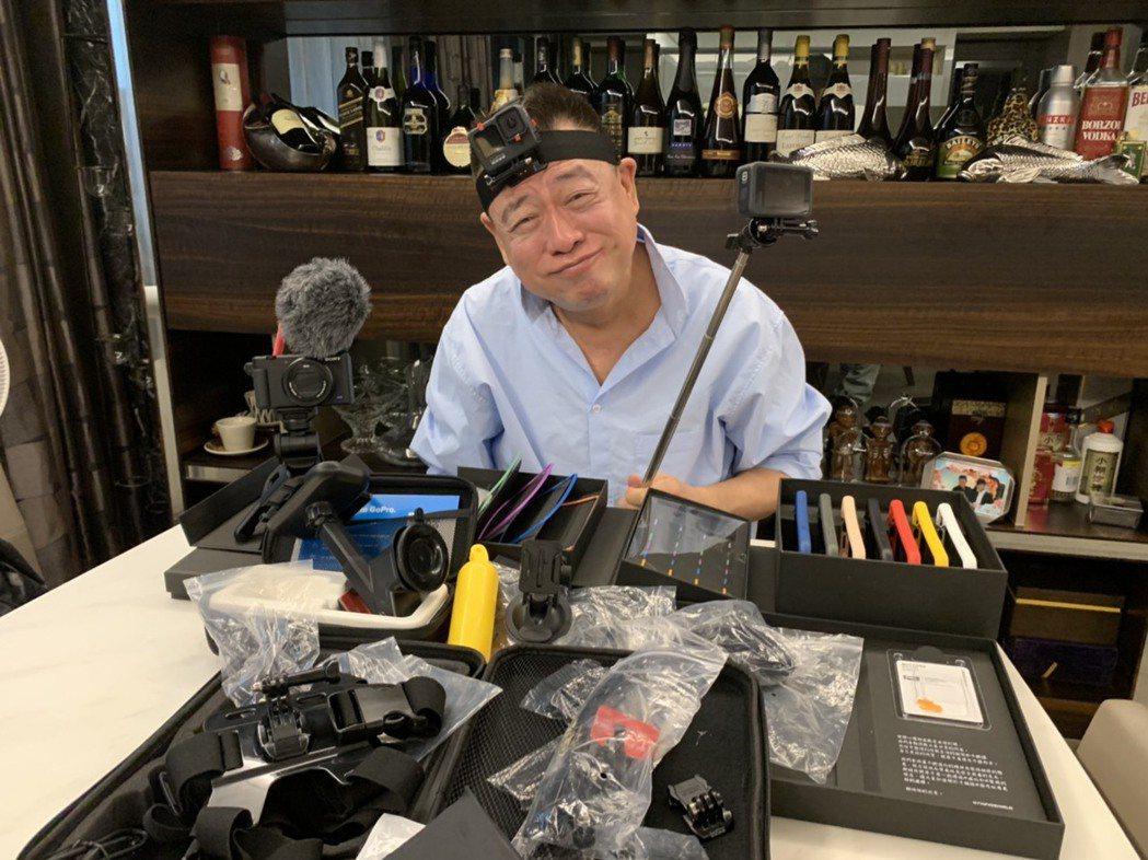 孫德榮面對一堆攝影器材一臉茫然。圖/修毅提供