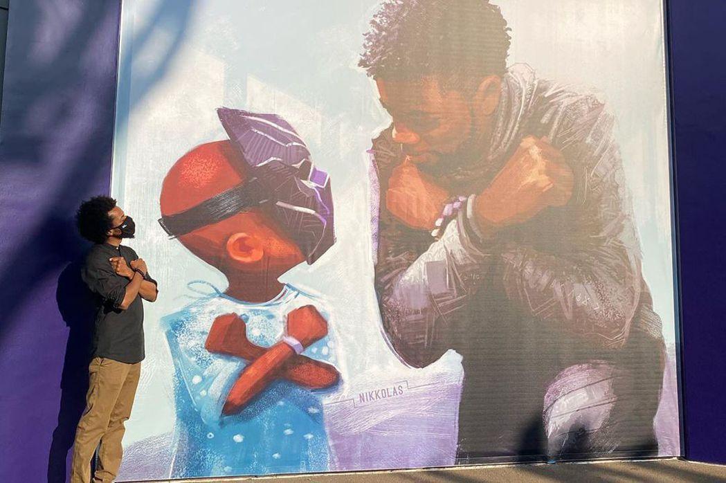 黑人畫家尼可拉斯史密斯(左)繪製了向「黑豹」查德威克鮑斯曼致意的壁畫。圖/摘自I