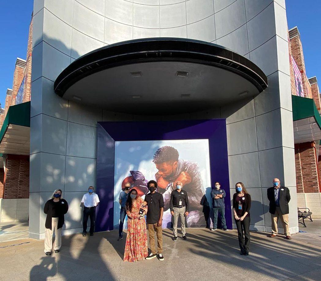 加州迪士尼樂園旁的購物大街上有紀念「黑豹」查德威克鮑斯曼的壁畫。圖/摘自Inst...