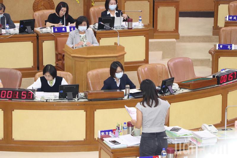 新北市議員鄭宇恩今於議會質詢AED設置問題。記者吳亮賢/攝影