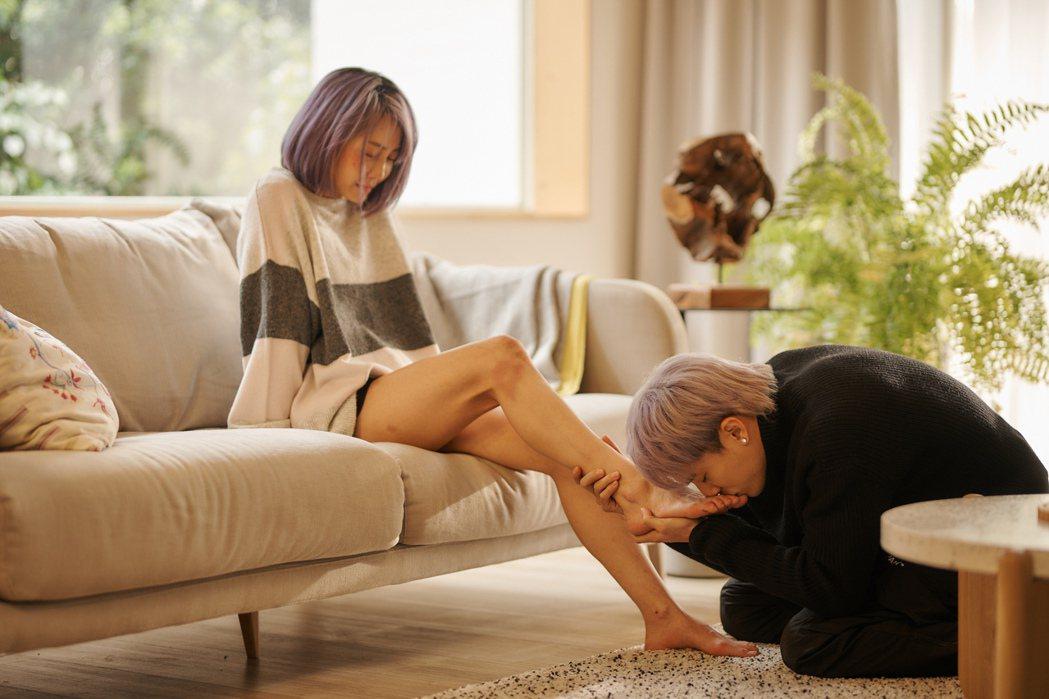 林哲熹(右)在劇中雙膝跪地,深情親吻謝欣穎的腳。圖/衛視中文台提供