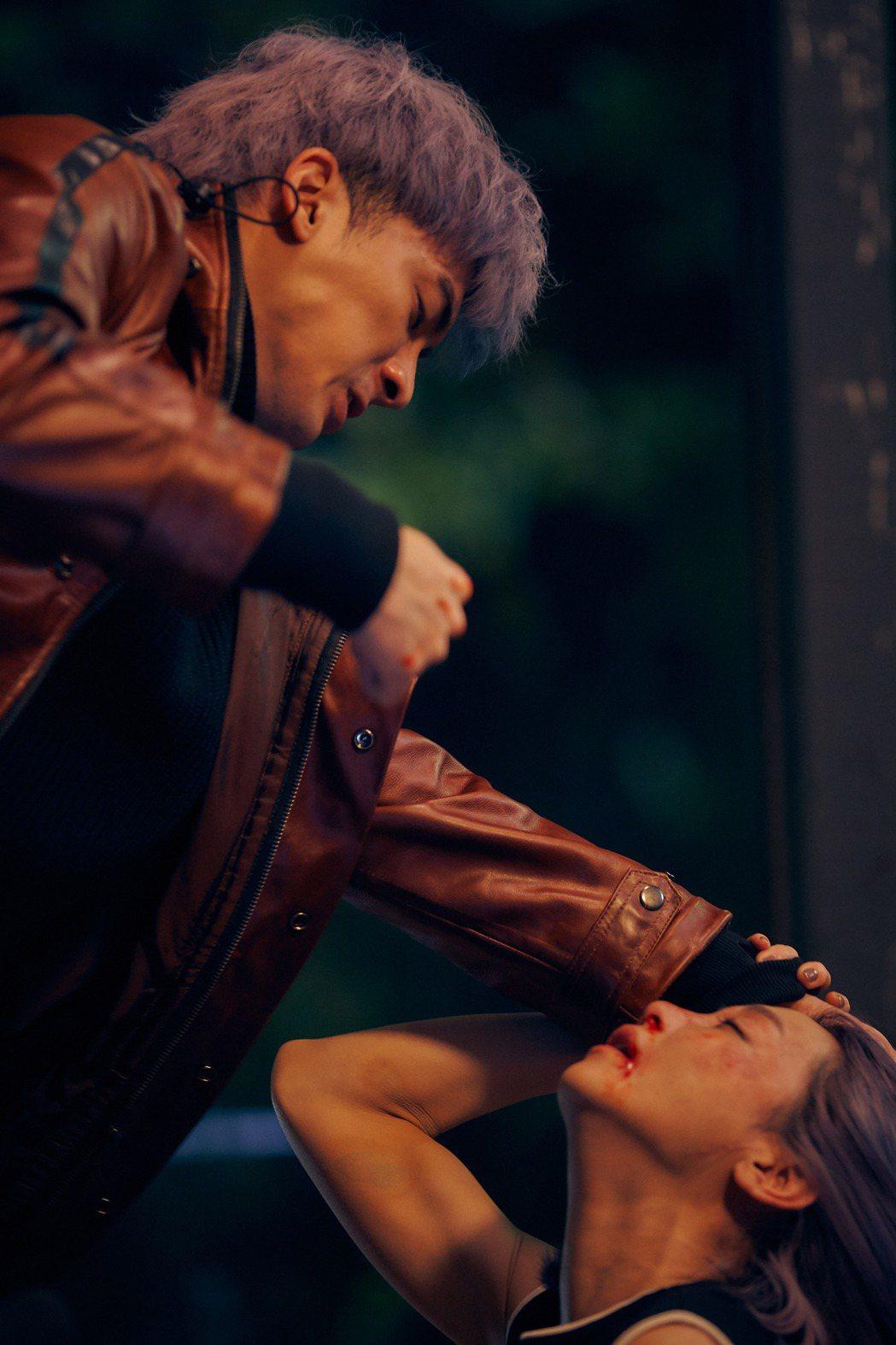 謝欣穎(右)「愛的廣義相對論-迴圈」劇中,慘遭飾演男友的林哲熹爆打。圖/衛視中文...