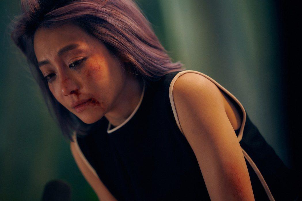 謝欣穎在劇中飽受家暴,打得鼻青臉腫。圖/衛視中文台提供