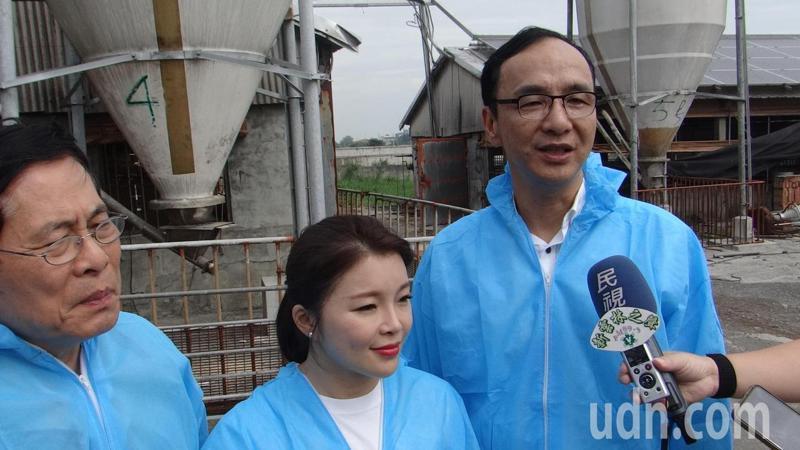 國民黨前主席朱立倫(右)和前立委張嘉郡(中)為優質雲林豬代言,並呼籲拒吃萊豬,選用安心的台灣豬。記者蔡維斌/攝影
