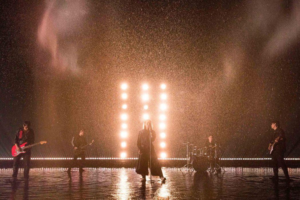 動靜樂團新歌「新相信未來」MV,號稱斥資200萬打造湖景與滂沱大雨,展現樂團回歸...