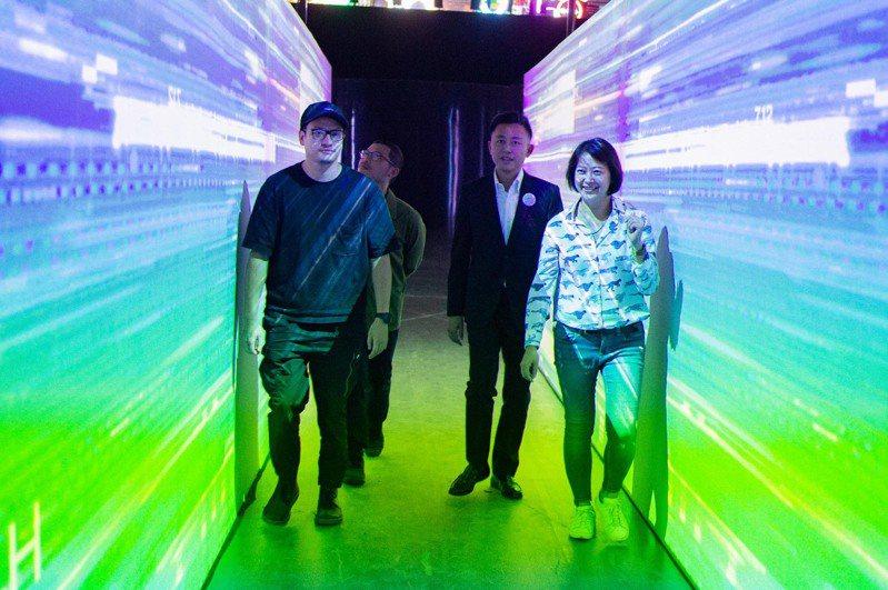 新竹市長林智堅(右二)等人走上電波隧道,猶如一級玩家電影場景。圖/市府提供