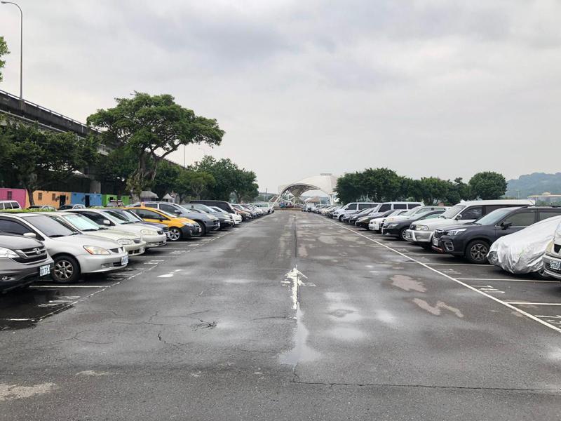 大佳河濱公園停車場長期被民眾佔位。圖/北市議員應曉薇提供