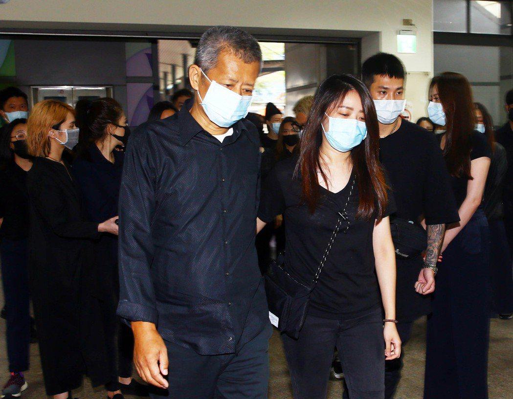 黃爸爸、妹妹今日出席黃鴻升火化儀式。記者杜建重攝