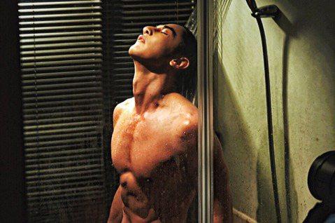 汪東城主演台視、八大原創戲劇「因為我喜歡你」,本周劇情敬業上演「洗澡戲」秀出精實身材,鏡頭前脫衣沐浴展現結實胸肌及腹肌。劇組透露,當初要拍攝這場戲時,汪東城主動提議出借自家浴室作為拍攝場景,後來劇組...