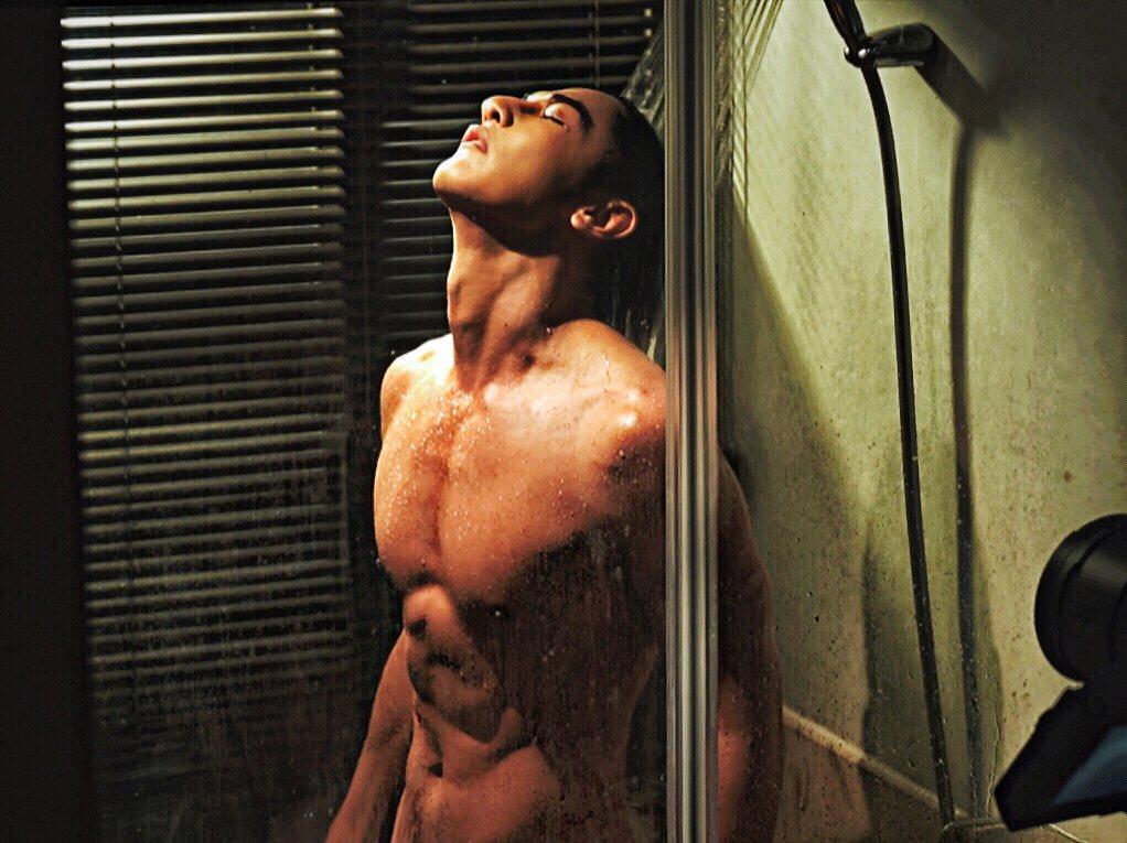 汪東城在「因為我喜歡你」劇中一場沐浴戲,露出健壯肌肉。圖/八大電視提供