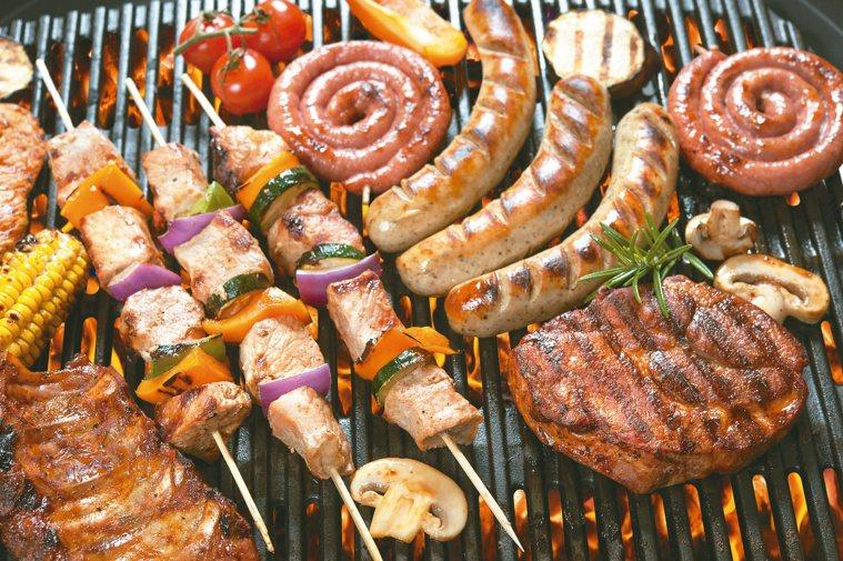 烤肉不建議買加工肉品如熱狗、火腿、香腸等。圖/123RF