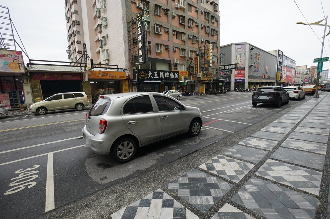 花蓮縣府獲中央經費補助,將在市區路邊收費停車格建置智慧停車及導引系統,減少民眾一...