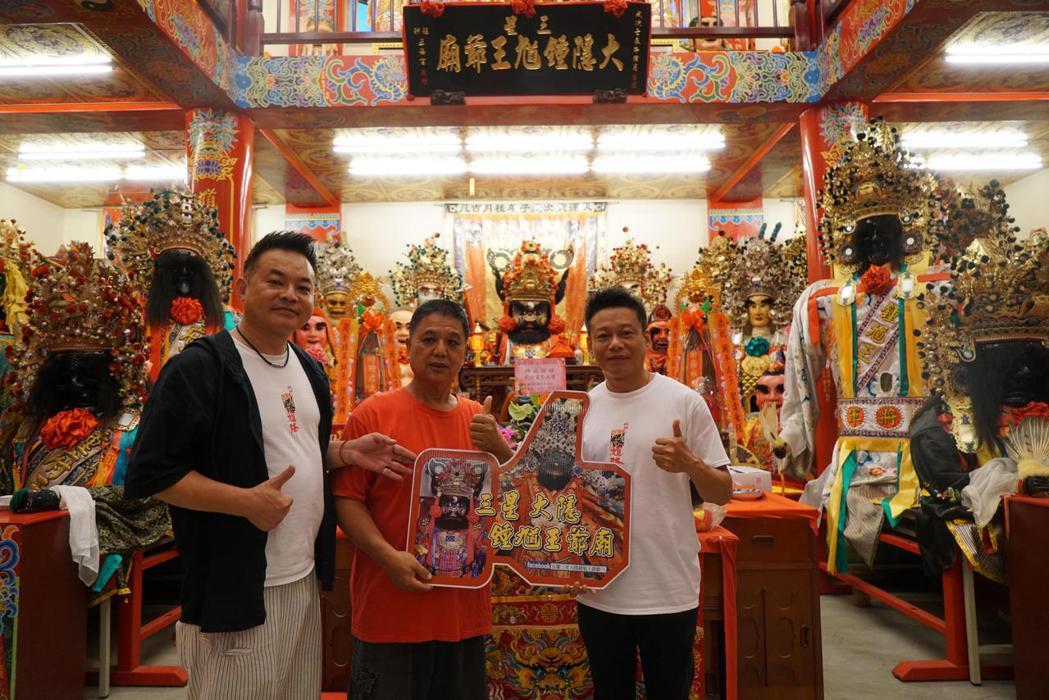 演員李康生與監製鄒介中來到宜蘭三星大隱鍾馗王爺廟參拜。圖/華影國際提供