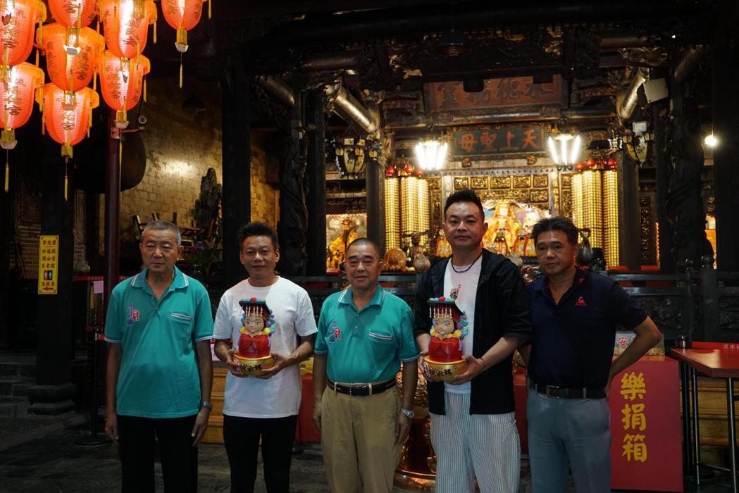 演員李康生與監製鄒介中來到淡水福佑宮參拜。圖/華影國際提供