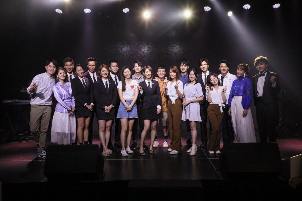 「女力報到-正好愛上你」演員們大集合替潘嘉麗(右二)完成演唱會。圖/TVBS提供
