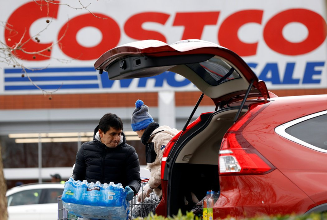 疫情刺激零售商到店外路邊取貨服務蓬勃發展,但是Costco卻在這股熱潮中缺席。 ...