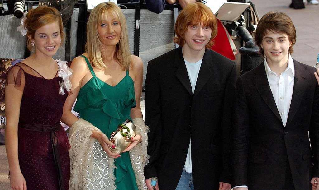 JK羅琳(左二)昔日對「哈利波特」幾位少年演員關愛備至,現在卻遭到他們接連公開唱...