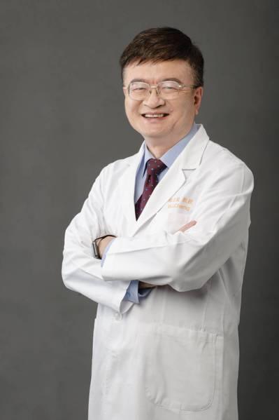 林口長庚紀念醫院院長程文俊行醫30多年,致力於心臟衰竭的治療,他認為遠距醫療是未...