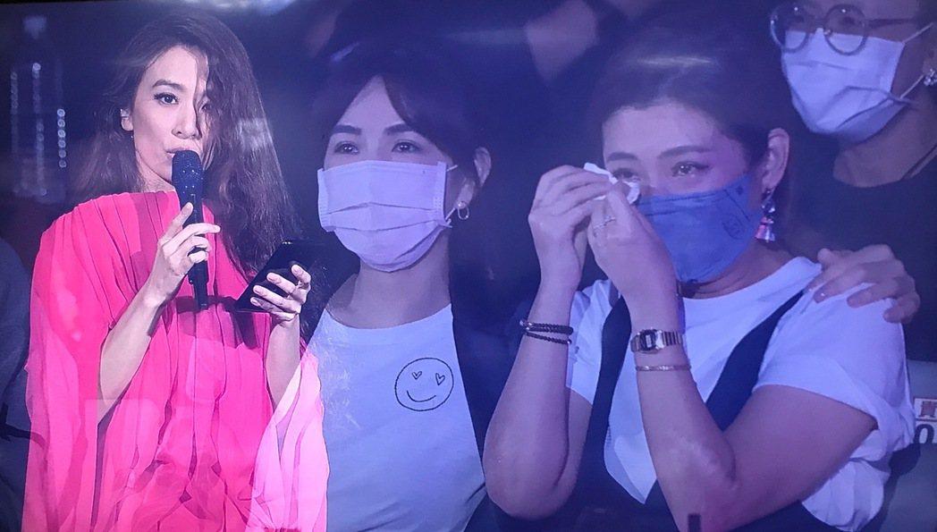 田馥甄(左)台上讀出Selina(右)的「10年情書」,相當催淚。記者余承翰/攝