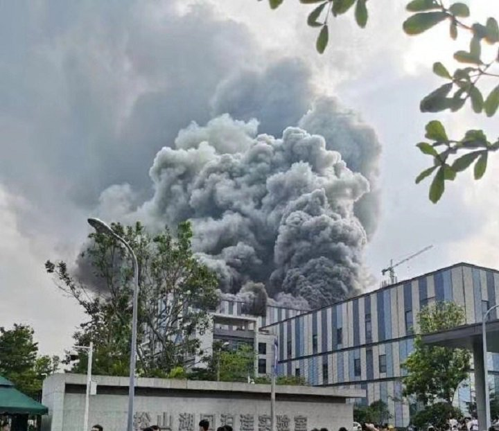 華為東莞松山湖園區25日下午發生大火,旁邊的華為實驗室未受影響。圖/取自網路