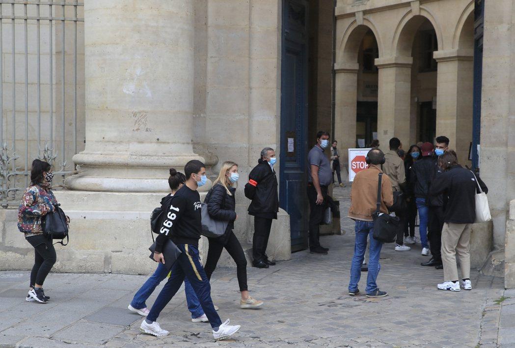 法國巴黎第一大學學生廿四日紛紛戴口罩防止新冠肺炎傳播。(美聯社)