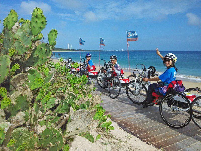 有了手搖自行車,身障者靠自己的力量上山下海不再是夢。圖/宋立蓉提供