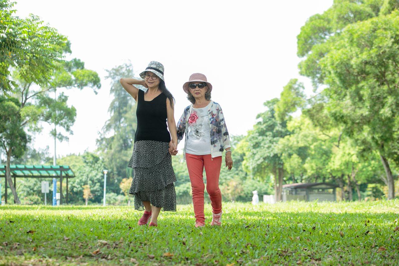張瓊齡(左)藉著和媽媽一起旅行,展開長達9年的和解之旅。 記者曾原信/攝影