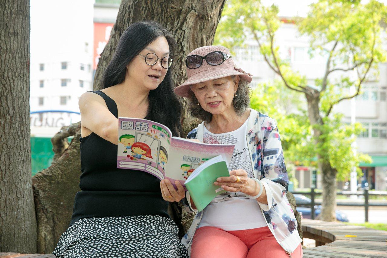 張瓊齡(左)透過教導媽媽寫字,拉近彼此的距離。 記者曾原信/攝影