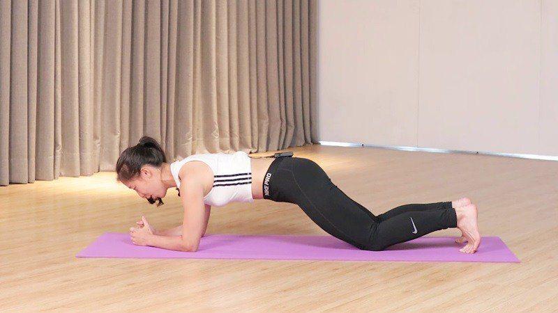 「跪姿棒式」適合站姿不良,需訓練核心肌群,幫助身體姿勢扶正的人。 記者陳軍杉/攝...