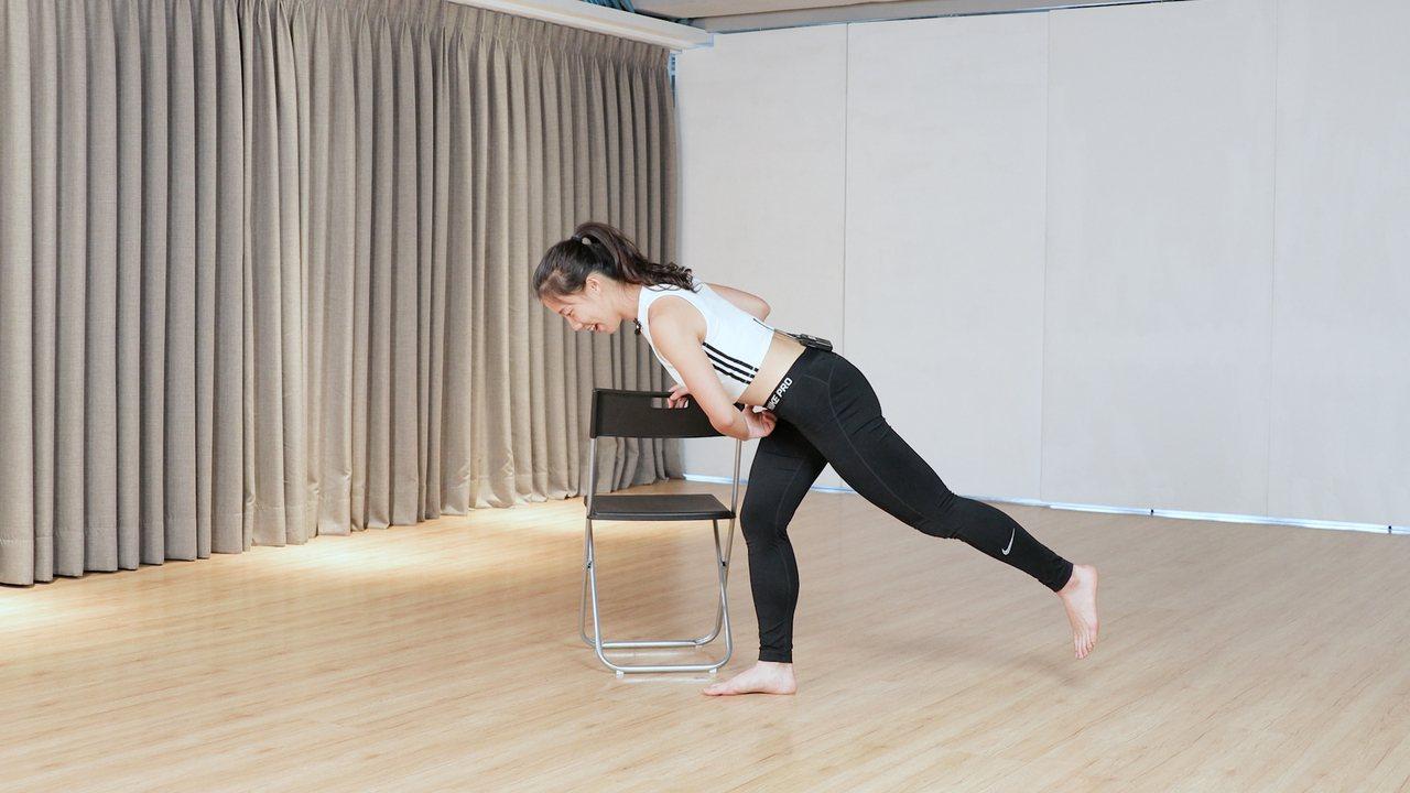 「單腳硬舉」適合容易跌倒,上下樓困難,需訓練單腳平衡感的人。 記者陳軍杉/攝影
