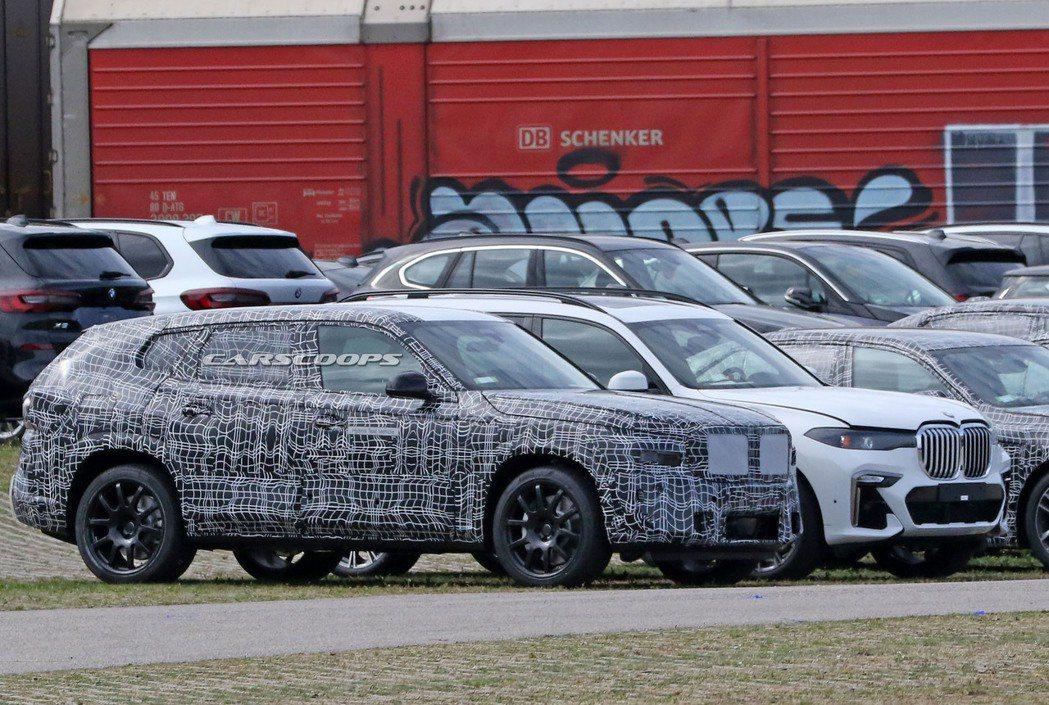 停靠在BMW X7身旁的BMW X8,兩者體型似乎差不多,但X8車高較低,車尾也...