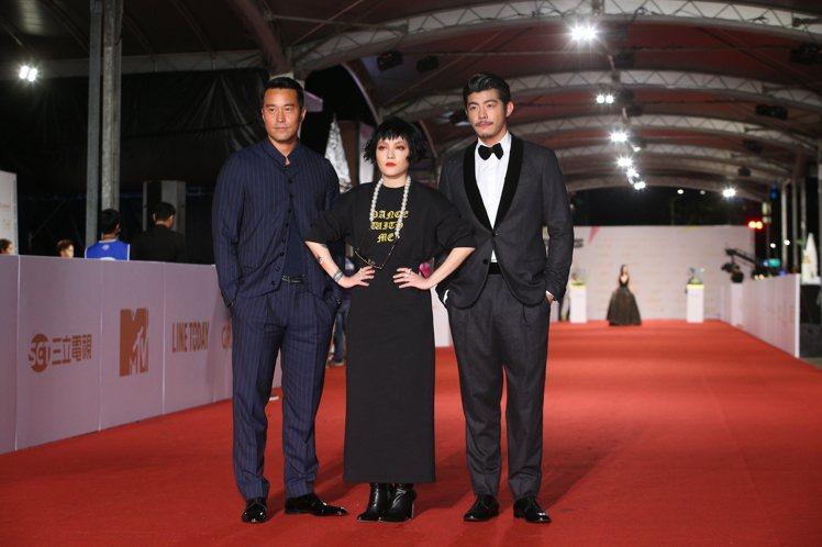 第55屆金鐘獎頒獎典禮在國父紀念館舉行,王柏傑(右)、范曉萱(中)、張孝全(左)...
