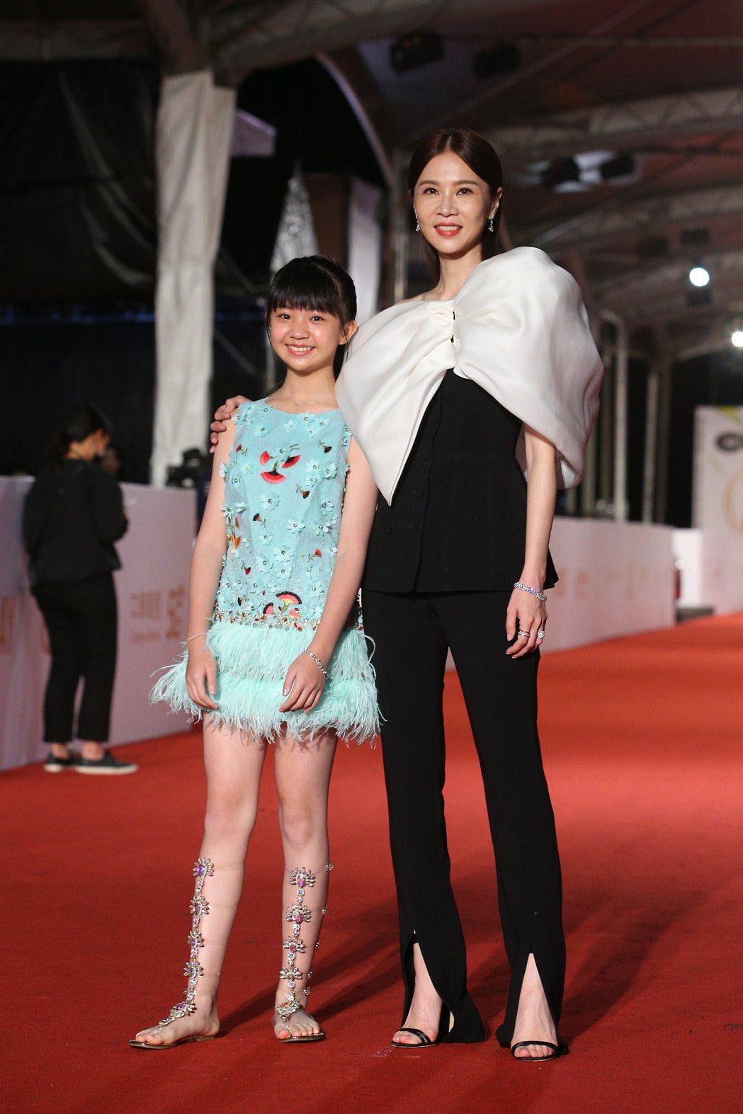 第55屆金鐘獎頒獎典禮在國父紀念館舉行,吳以涵(左)、謝盈萱(右)走星光大道。記...