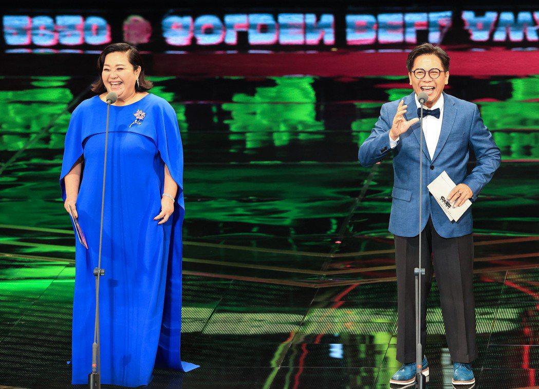 第55屆金鐘獎頒獎典禮在國父紀念館舉行,鍾欣凌(左)與許傑輝(右)擔任頒獎人。記...