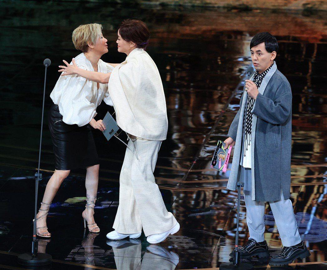 第55屆金鐘獎頒獎典禮在國父紀念館舉行,藍心湄(左)與黃子佼(右)擔任頒獎人,生...