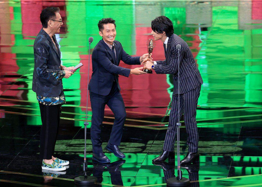 第55屆金鐘獎頒獎典禮在國父紀念館舉行,戲劇節目男主角獎由姚淳耀(右)以「鏡子森...
