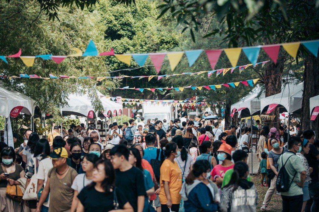 展覽假日期間沿著護城河親水公園更特設市集「設計有本市」、「新竹味市集」,以及在新...