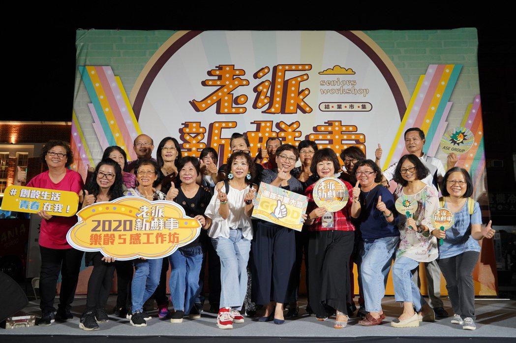 日月光高雄廠李叔霞資深處長(前排右五)頒發退休員工班級團體獎項。