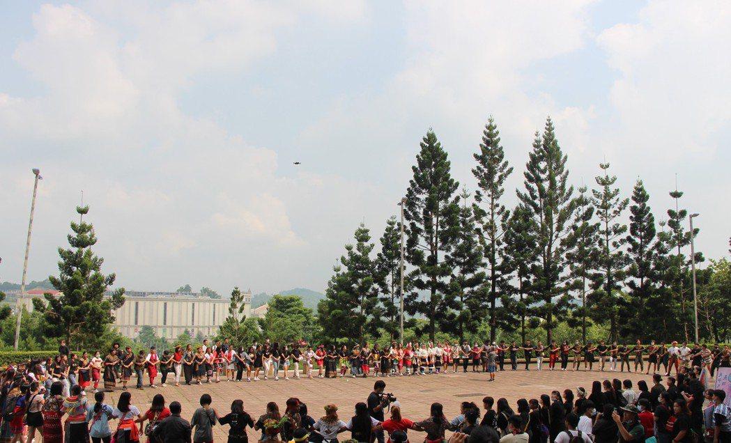 迎新祈福儀式最後邀請與會者圍成一個圓,攜手歡唱。 義守大學/提供