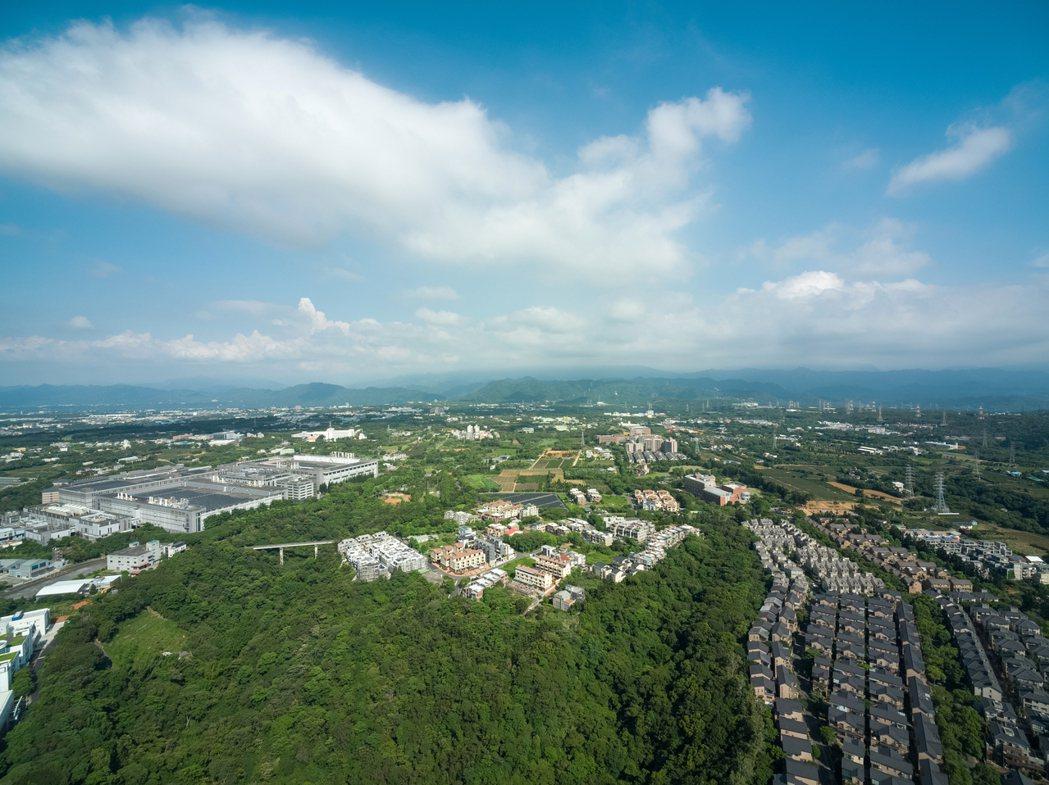 172公頃面積的龍潭渴望園區,低密度開發並規劃近90公頃的公園綠地。 三三築大建...