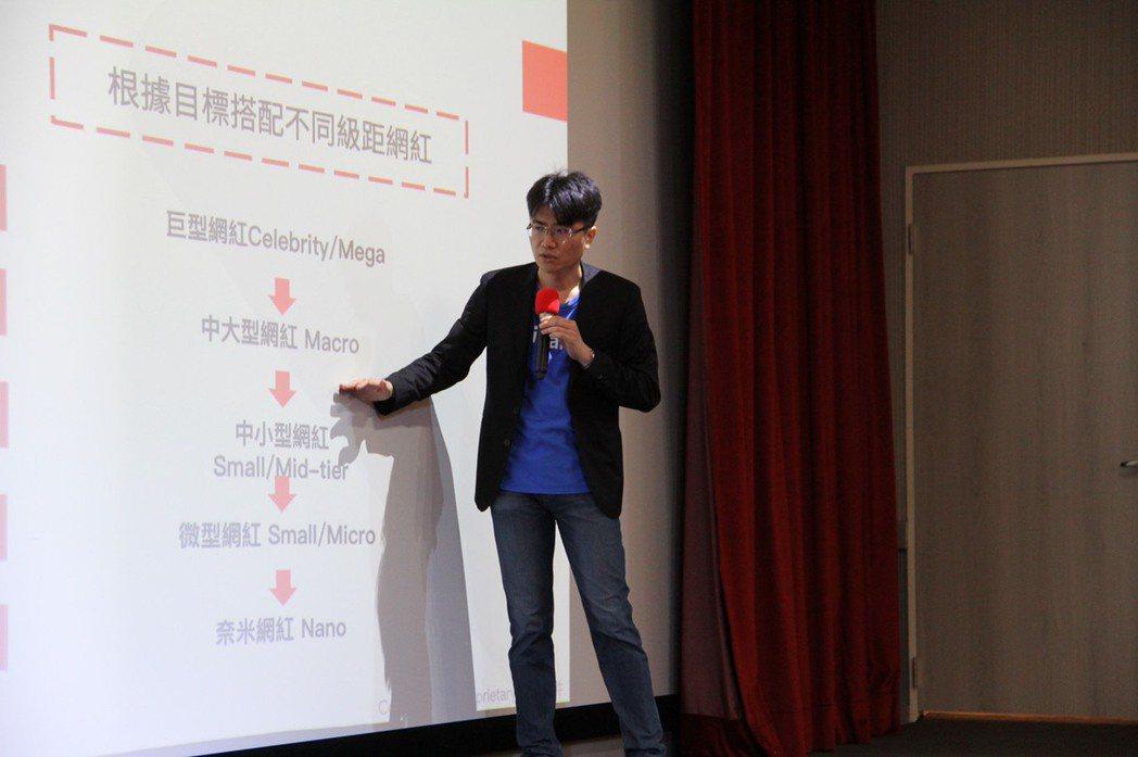 iKala營運長鄭鎧尹與同學們分享數據下的網紅行銷概念,引起廣大回響與共鳴。世新...