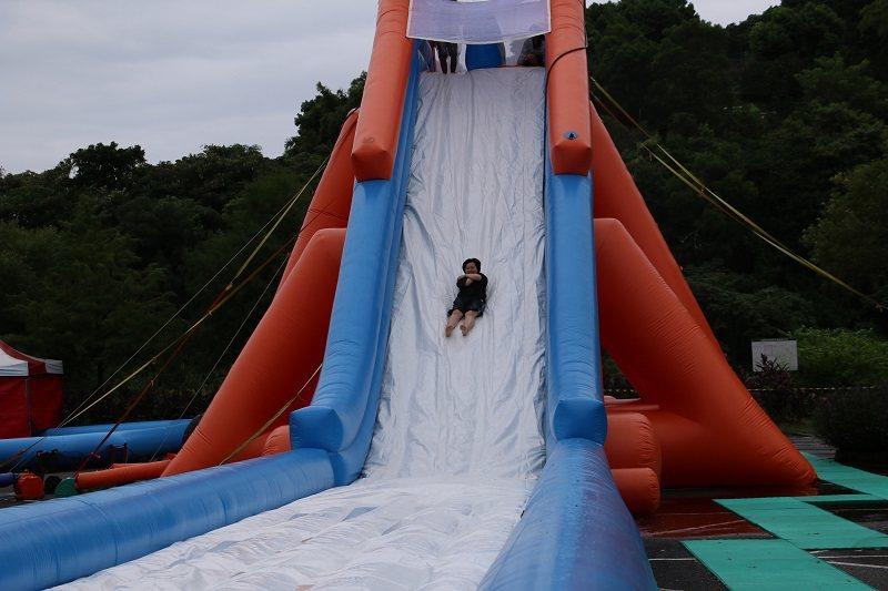 「2020滑水同玩節」水陸樂園中有一座高10公尺、長40公尺的「天空滑水道」,刺...