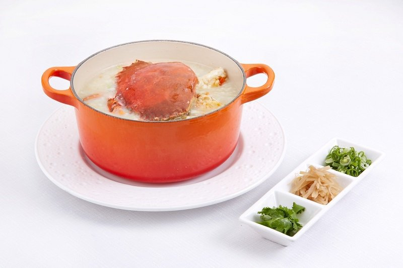 「紅蟳干貝生滾粥」讓蟹膏天然的鮮美融入綿密細緻的粥底中,豐饒滋味暖胃舒心。 高雄...