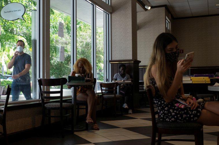佛羅里達州25日宣布取消對餐飲業的限制,允許餐館和酒吧恢復100%的客容量;圖為...
