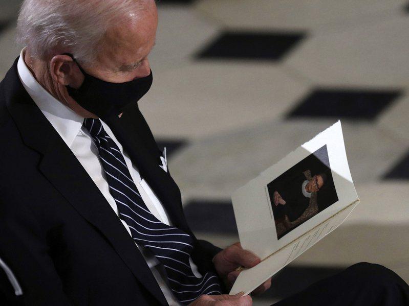 拜登不承諾勝選擴編最高法院,與民主黨進步派產生分歧;圖為拜登25日在國會大廈,看著大法官金斯柏的悼念卡出神。美聯社