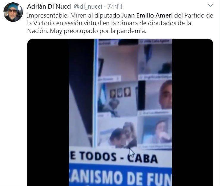 阿根廷眾議院國會議員阿米里24日參加視訊會議時,以為連線已經中斷,讓女友坐在他大腿上,他並當場熱情地「拉衣舔乳」。取材自推特