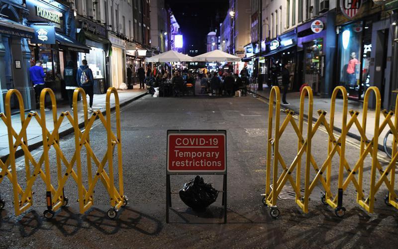 為控制第2波疫情,24日起英格蘭地區的餐飲、酒吧業者必須在晚上10時結束營業。 圖/歐新社