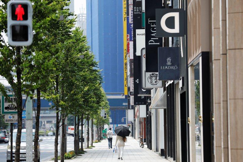 日媒報導,受防疫經費增加影響,預估2021年度日本中央政府總預算案概算需求,將連續7年破百兆日圓。圖為近日東京購物區街頭人車稀落的景象。路透