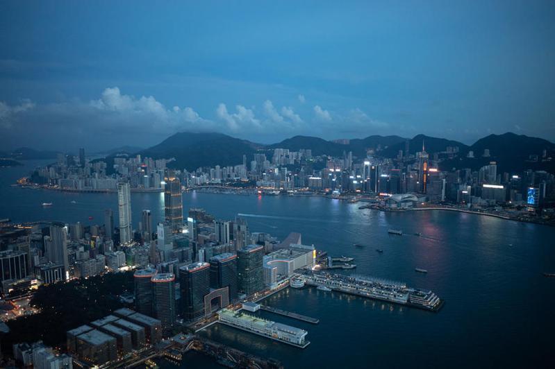 香港為落實國安法,要求今年7月起入職的公務員簽署聲明,表明確認擁護基本法和效忠香港特區。 圖/歐新社