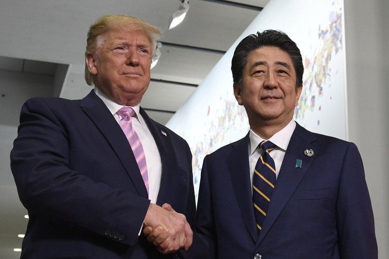 圖為美國總統川普(左)2019年在大阪G20峰會和日本首相安倍晉三(右)會面。美聯社